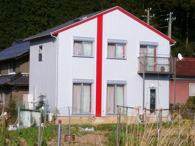 「山間に建つスタイリッシュな家」